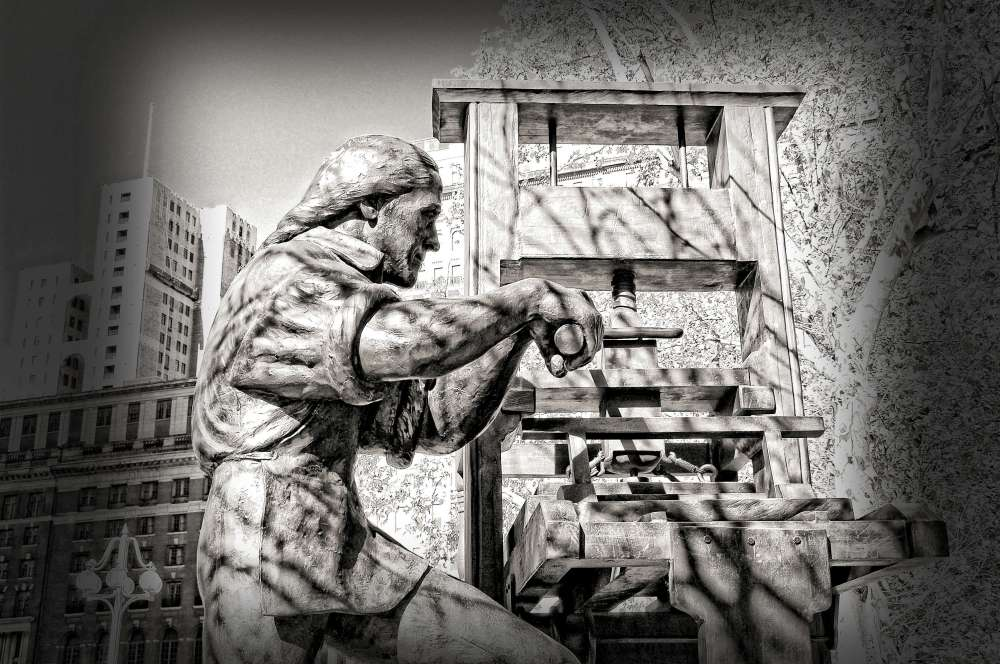 Statue of Benjamin Franklin operating a printing press, Philadelphia, Pennsylvania
