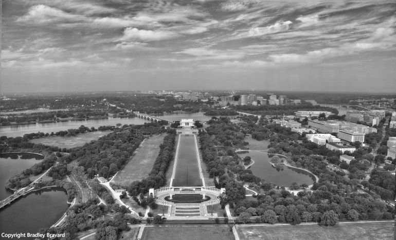 Black and white photo of the World War II Memorial, Lincoln Memorial, and Potomac River in Washington, DC