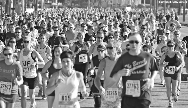 Black and white photo of hundreds of runners in a half marathon