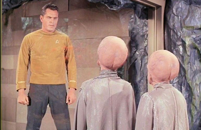 Image from Star Trek episode The Menagerie showing Pike in prison cell talking with two Talosians